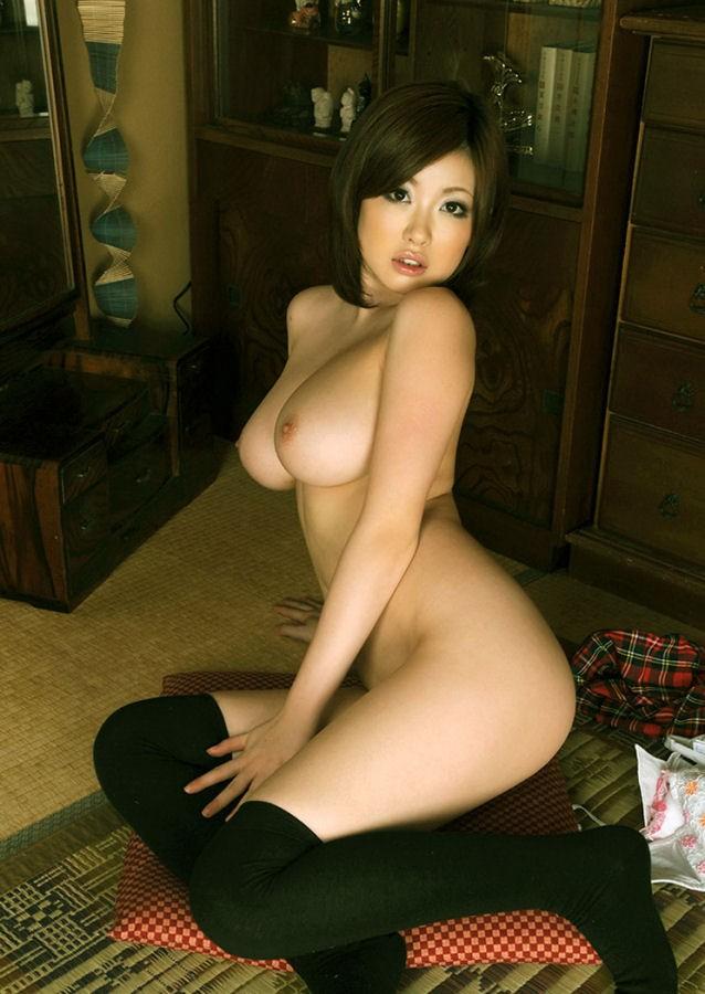 【おっぱい】全裸にニーハイソックスというロリ感たっぷりなビッチ女子たちがフェラしたりチンコ挿入されちゃってるニーソおっぱい画像集【80枚】 47