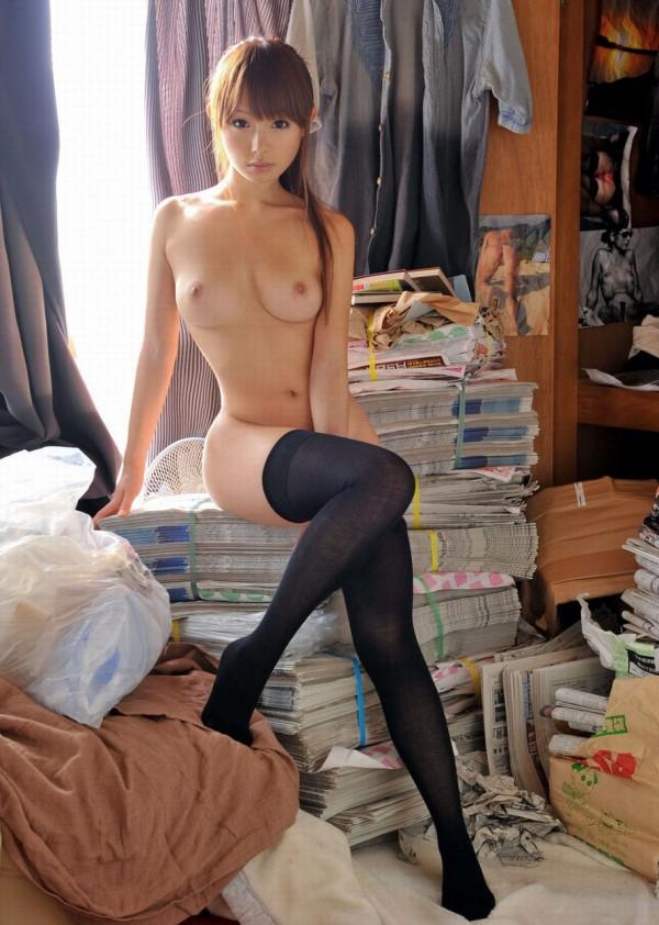 【おっぱい】全裸にニーハイソックスというロリ感たっぷりなビッチ女子たちがフェラしたりチンコ挿入されちゃってるニーソおっぱい画像集【80枚】 64