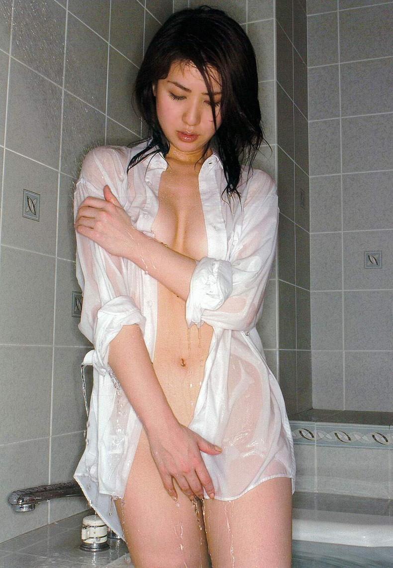 【おっぱい】素敵な美乳お姉さんたちが白Yシャツ羽織って乳首を透けさせたり谷間を強調させてるYシャツおっぱい画像集【80枚】 12