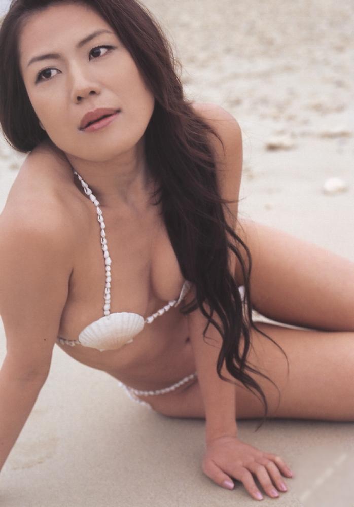 【おっぱい】ビーチの巨乳ギャルは皆この水着になったらイイなと思う貝殻ビキニおっぱい画像集【80枚】 15