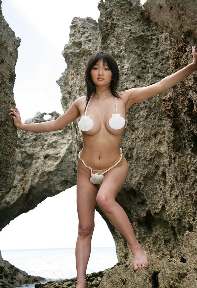 【おっぱい】ビーチの巨乳ギャルは皆この水着になったらイイなと思う貝殻ビキニおっぱい画像集【80枚】 63