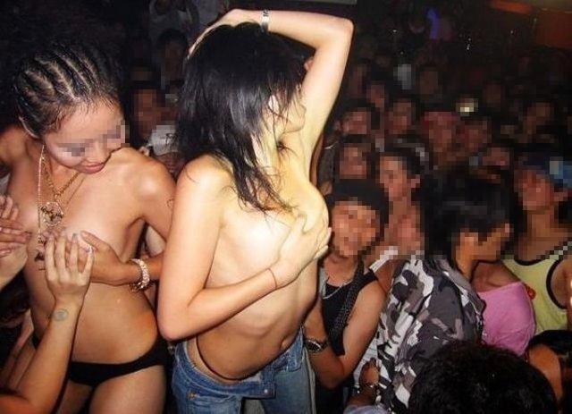 【おっぱい】クラブやナイトプールでビッチな谷間や乳首を露出しちゃってるギャル達のパリピおっぱい画像集【80枚】 50