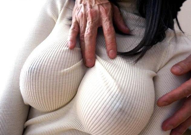 【おっぱい】パツパツのセーターに浮かび上がるブラ線やノーブラ乳首がエロすぎるニット乳のおっぱい画像集【80枚】 17