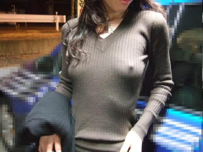 【おっぱい】パツパツのセーターに浮かび上がるブラ線やノーブラ乳首がエロすぎるニット乳のおっぱい画像集【80枚】 46