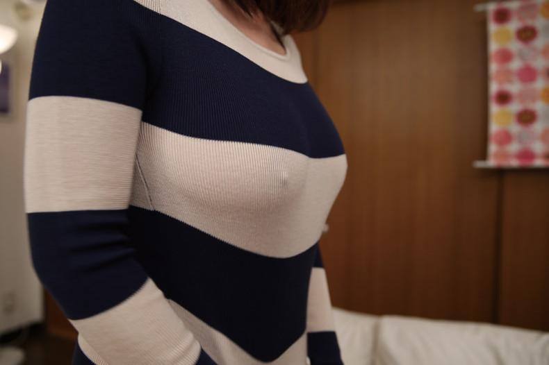 【おっぱい】パツパツのセーターに浮かび上がるブラ線やノーブラ乳首がエロすぎるニット乳のおっぱい画像集【80枚】 63