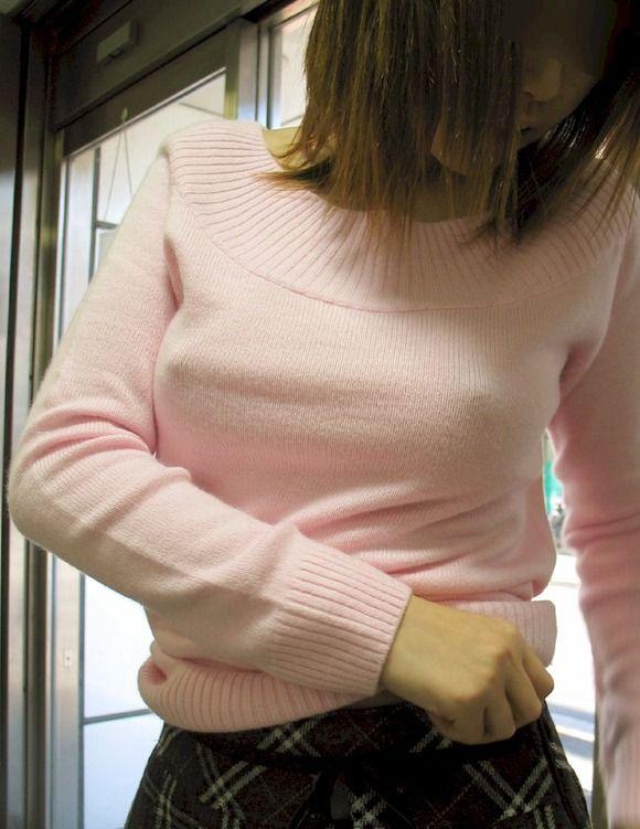 【おっぱい】パツパツのセーターに浮かび上がるブラ線やノーブラ乳首がエロすぎるニット乳のおっぱい画像集【80枚】 71
