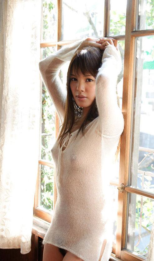 【おっぱい】パツパツのセーターに浮かび上がるブラ線やノーブラ乳首がエロすぎるニット乳のおっぱい画像集【80枚】 76