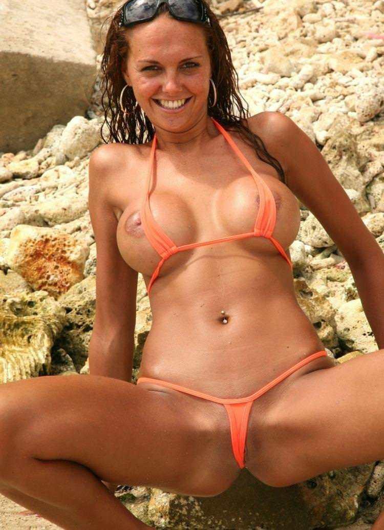 【おっぱい】ビーチで面積狭すぎるビキニを着て露出狂状態になっちゃってる極小ビキニのおっぱい画像集【80枚】 15