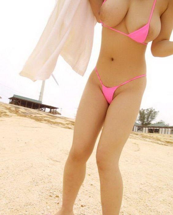 【おっぱい】ビーチで面積狭すぎるビキニを着て露出狂状態になっちゃってる極小ビキニのおっぱい画像集【80枚】 33