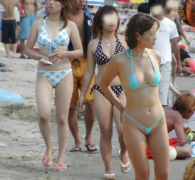 【おっぱい】ビーチで面積狭すぎるビキニを着て露出狂状態になっちゃってる極小ビキニのおっぱい画像集【80枚】 44
