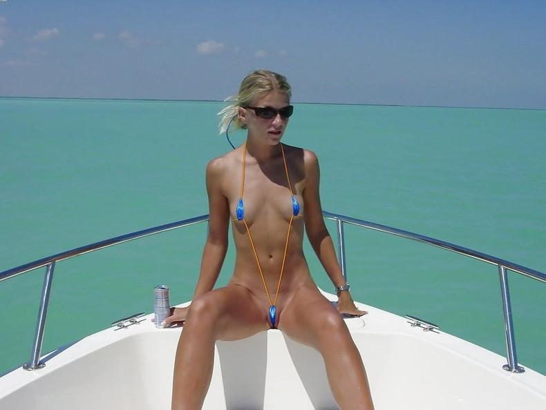 【おっぱい】ビーチで面積狭すぎるビキニを着て露出狂状態になっちゃってる極小ビキニのおっぱい画像集【80枚】 57