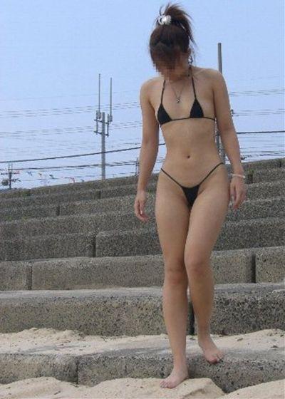 【おっぱい】ビーチで面積狭すぎるビキニを着て露出狂状態になっちゃってる極小ビキニのおっぱい画像集【80枚】 72
