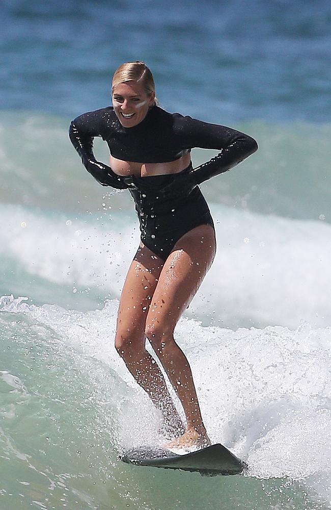 【おっぱい】露出狂状態で波乗りを愉しんじゃってる女子サーファーのおっぱい画像集【80枚】 12
