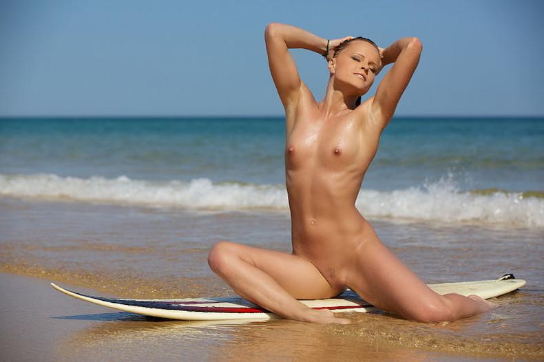【おっぱい】露出狂状態で波乗りを愉しんじゃってる女子サーファーのおっぱい画像集【80枚】 29