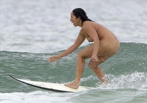 【おっぱい】露出狂状態で波乗りを愉しんじゃってる女子サーファーのおっぱい画像集【80枚】 42