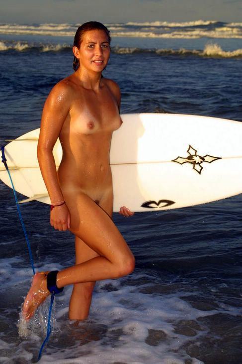 【おっぱい】露出狂状態で波乗りを愉しんじゃってる女子サーファーのおっぱい画像集【80枚】 56