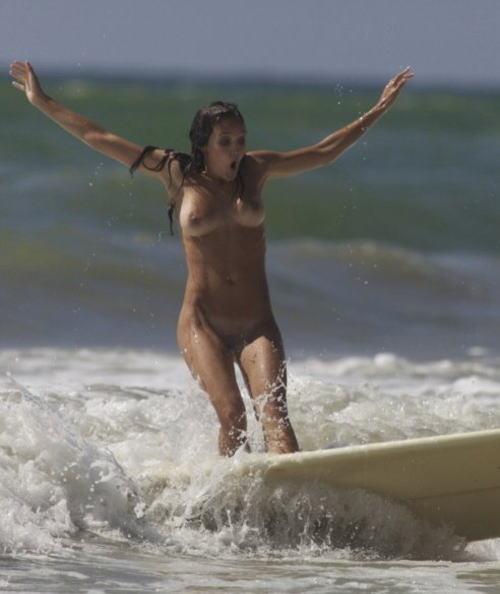 【おっぱい】露出狂状態で波乗りを愉しんじゃってる女子サーファーのおっぱい画像集【80枚】 58