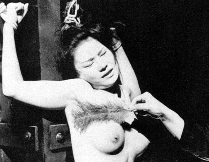【おっぱい】毛質の軟らかい筆でおっぱいやまんすじを責められ乳首を勃起させて痙攣しちゃってる筆責めおっぱい画像集【80枚】 25