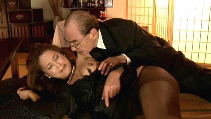 【おっぱい】今はもういない夫の仏前で他人棒をフェラしてむっちり巨乳揉まれて挿入されちゃってる未亡人のエッロいおっぱい画像集【80枚】 06
