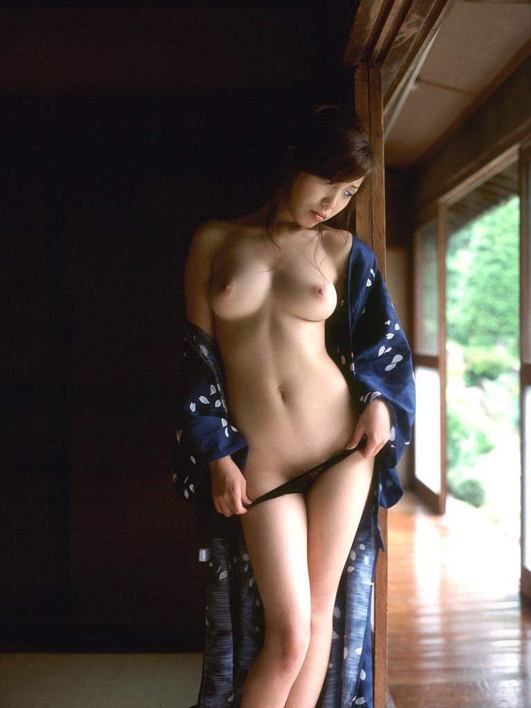 【おっぱい】大人の魅力がたっぷりで経験豊富な巨乳を露出しちゃってる美魔女なお姉様たちのフェロモンおっぱい画像集【80枚】 54