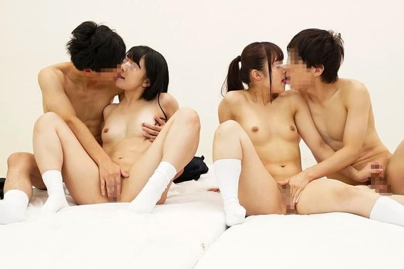 【おっぱい】夫婦や恋人同士が自慢の美乳な若妻や彼女を持ち寄り他人の旦那や彼氏に寝取らせて乳首吸われてるところを眺めながら興奮してるスワッピングおっぱい画像集【80枚】 35