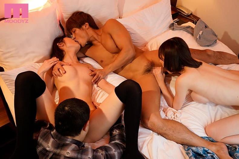 【おっぱい】夫婦や恋人同士が自慢の美乳な若妻や彼女を持ち寄り他人の旦那や彼氏に寝取らせて乳首吸われてるところを眺めながら興奮してるスワッピングおっぱい画像集【80枚】 44