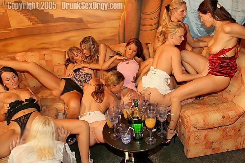 【おっぱい】超美人な百合痴女たちが集ってねっとりベロチューや乳首舐めまくってクンニしまくるレズ乱交のおっぱい画像集【80枚】 50