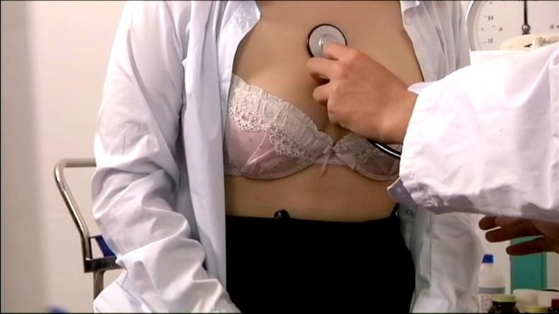 【おっぱい】ロリな乳首に聴診器当ててセクハラ触診したり巨乳痴女の女医がフェラししてる大人のお医者さんごっこのおっぱい画像集【80枚】 09