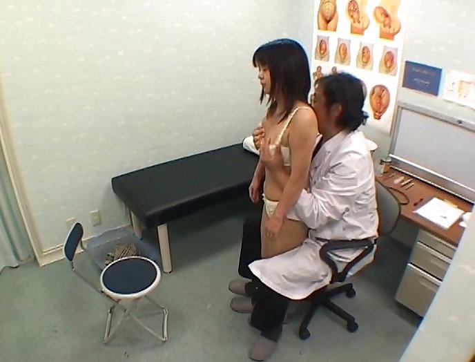 【おっぱい】ロリな乳首に聴診器当ててセクハラ触診したり巨乳痴女の女医がフェラししてる大人のお医者さんごっこのおっぱい画像集【80枚】 17