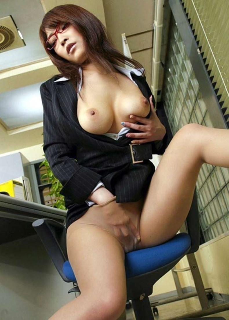 【おっぱい】痴女OLや事務員女子が人気のないオフィスでおっぱい露出させてる職場おっぱい画像集【80枚】 60