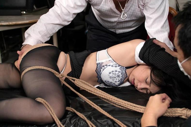 【おっぱい】むっちりボディのスーツやキャットスーツの女捜査官が犯人に捕まり輪姦調教されちゃってる女捜査官のおっぱい画像集【80枚】 03