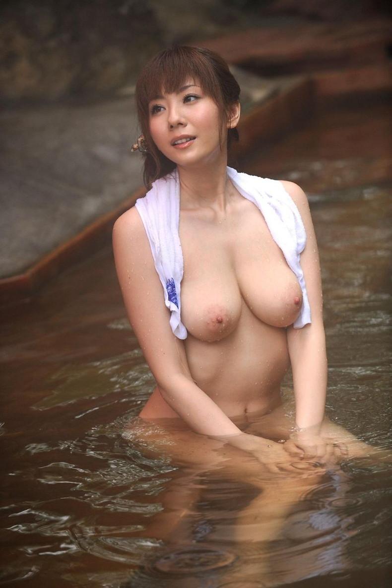 【おっぱい】艷やかでしっとりした湯船での濡れた美巨乳や乳首がエロ過ぎる入浴おっぱい画像集【80枚】 79