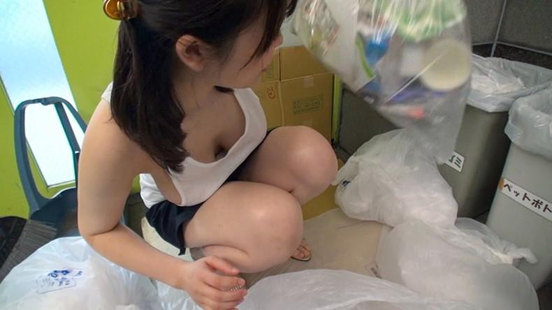 【おっぱい】近所の巨乳な若妻が朝のゴミ捨てでノーブラ胸チラさせてる実はNTR願望強そうなゴミ捨ておっぱい画像集【80枚】 06
