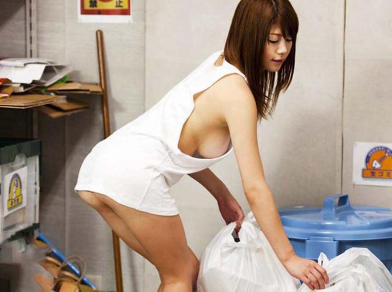 【おっぱい】近所の巨乳な若妻が朝のゴミ捨てでノーブラ胸チラさせてる実はNTR願望強そうなゴミ捨ておっぱい画像集【80枚】 12