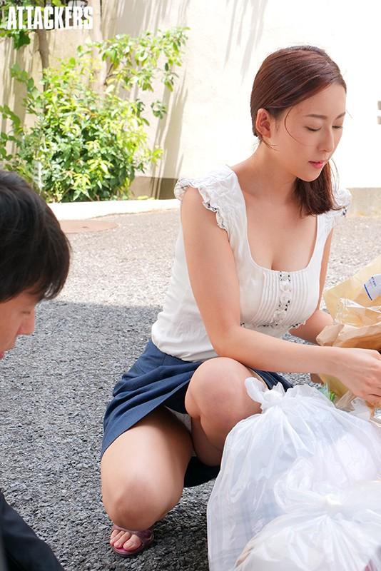 【おっぱい】近所の巨乳な若妻が朝のゴミ捨てでノーブラ胸チラさせてる実はNTR願望強そうなゴミ捨ておっぱい画像集【80枚】 29