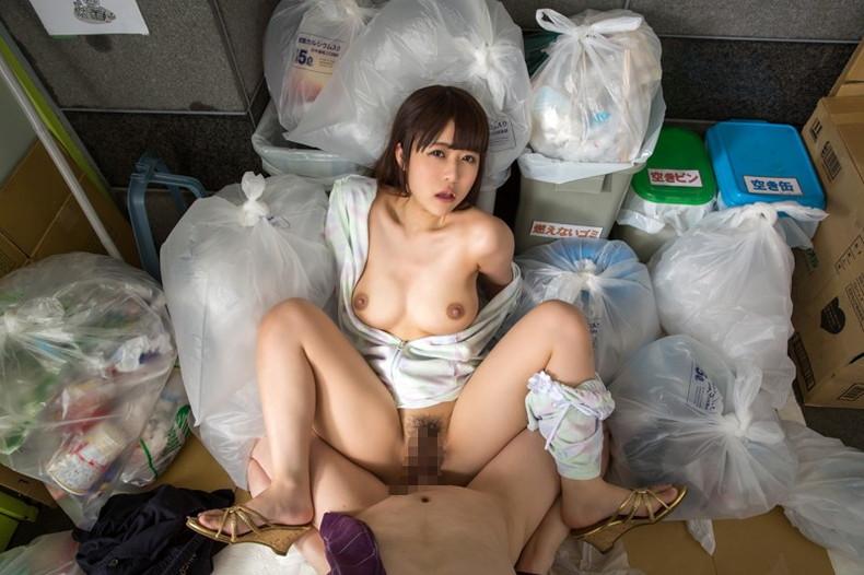【おっぱい】近所の巨乳な若妻が朝のゴミ捨てでノーブラ胸チラさせてる実はNTR願望強そうなゴミ捨ておっぱい画像集【80枚】 35