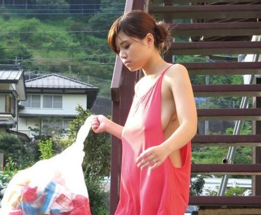 【おっぱい】近所の巨乳な若妻が朝のゴミ捨てでノーブラ胸チラさせてる実はNTR願望強そうなゴミ捨ておっぱい画像集【80枚】 38