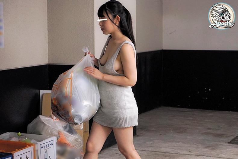 【おっぱい】近所の巨乳な若妻が朝のゴミ捨てでノーブラ胸チラさせてる実はNTR願望強そうなゴミ捨ておっぱい画像集【80枚】 46