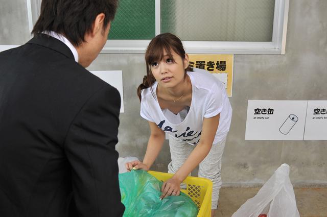 【おっぱい】近所の巨乳な若妻が朝のゴミ捨てでノーブラ胸チラさせてる実はNTR願望強そうなゴミ捨ておっぱい画像集【80枚】 55