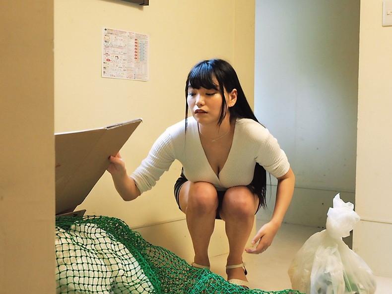 【おっぱい】近所の巨乳な若妻が朝のゴミ捨てでノーブラ胸チラさせてる実はNTR願望強そうなゴミ捨ておっぱい画像集【80枚】 67