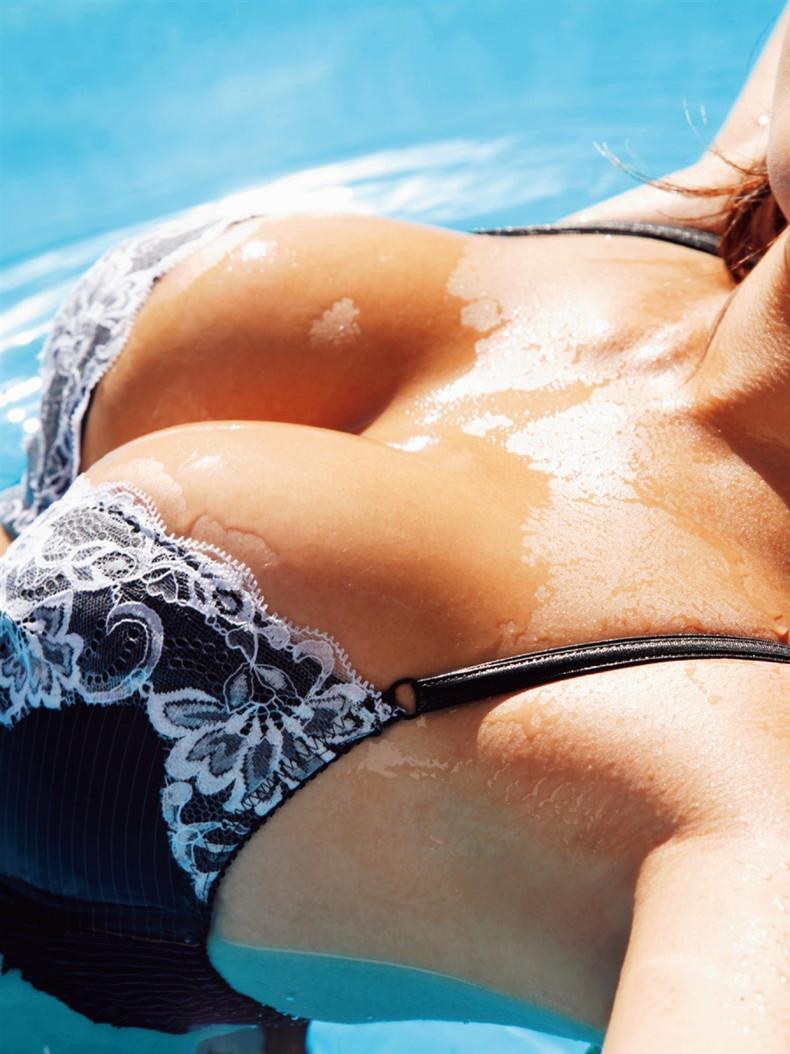 【おっぱい】美巨乳の谷間に溜まった水滴がエロ過ぎる汗だくおっぱい画像集!【80枚】 55