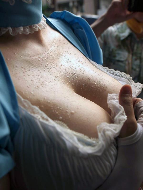 【おっぱい】美巨乳の谷間に溜まった水滴がエロ過ぎる汗だくおっぱい画像集!【80枚】 80