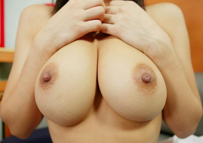 【おっぱい】巨乳ギャルが軽い上目遣いで寄せ乳してくれるとガマンできなくなる寄せ乳おっぱい画像集!【80枚】 03