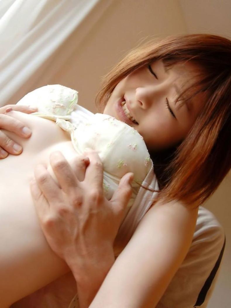 【おっぱい】むっちり巨乳やロリな貧乳を後ろから鷲掴み!指の間からおっぱい肉や乳首がハミ出ちゃってる鷲掴みおっぱい画像集ww【80枚】 06