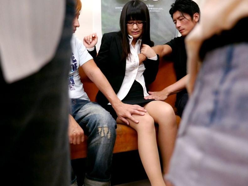 【おっぱい】通勤中のOLも買い物中の人妻も就活中のJDも電車やバス内で乳首弄られちゃってる痴漢おっぱい画像集ww【80枚】 05