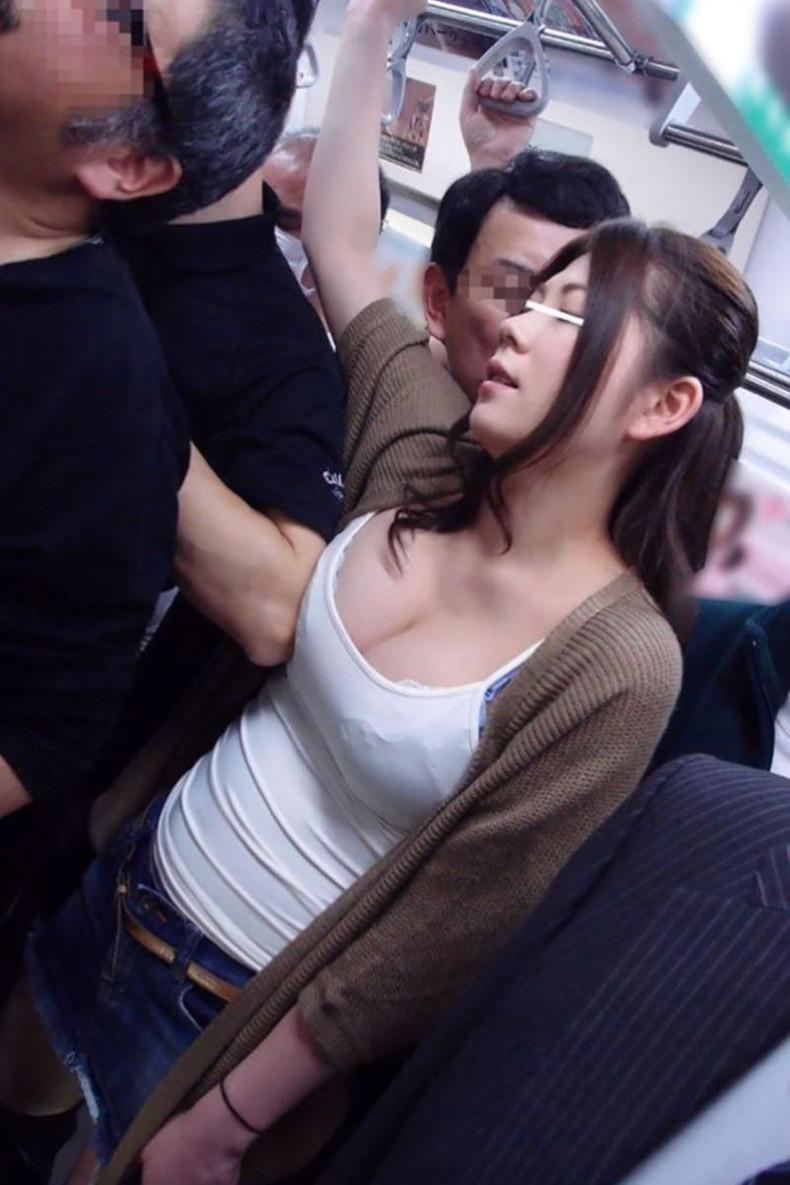 【おっぱい】通勤中のOLも買い物中の人妻も就活中のJDも電車やバス内で乳首弄られちゃってる痴漢おっぱい画像集ww【80枚】 15
