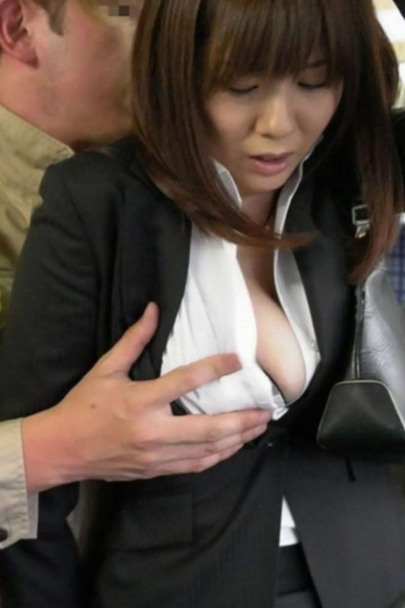 【おっぱい】通勤中のOLも買い物中の人妻も就活中のJDも電車やバス内で乳首弄られちゃってる痴漢おっぱい画像集ww【80枚】 28