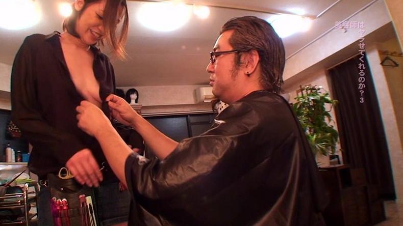 【おっぱい】散髪中に巨乳美容師の胸チラに興奮して乳首吸ってパイズリさせて店内で寝取っちゃった美容師のおっぱい画像集【80枚】 35