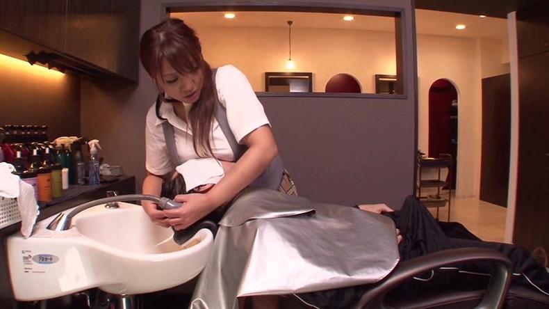 【おっぱい】散髪中に巨乳美容師の胸チラに興奮して乳首吸ってパイズリさせて店内で寝取っちゃった美容師のおっぱい画像集【80枚】 52