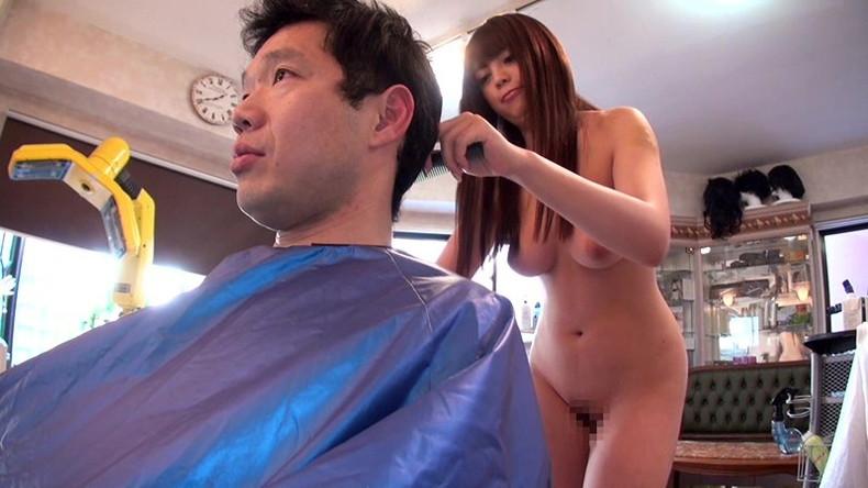 【おっぱい】散髪中に巨乳美容師の胸チラに興奮して乳首吸ってパイズリさせて店内で寝取っちゃった美容師のおっぱい画像集【80枚】 70